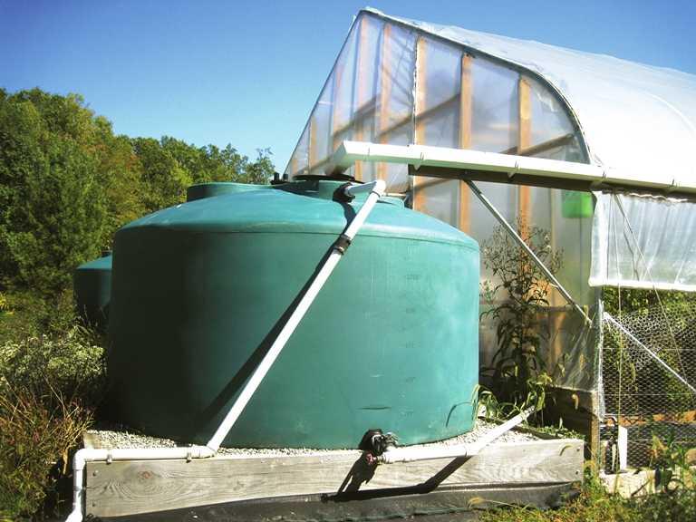 El agua de lluvia es canalizada a través de canaletas hasta llegar a los tanques de almacenamiento colocados a ambos lados  del macrotúnel.     Fotos por: Lewis Jett