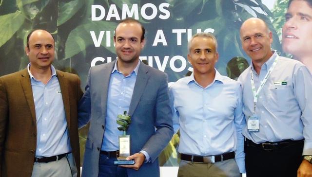 Luis de Saracho, Divemex, recibe Premio a la Excelencia 2014 patrocinado por Syngenta.