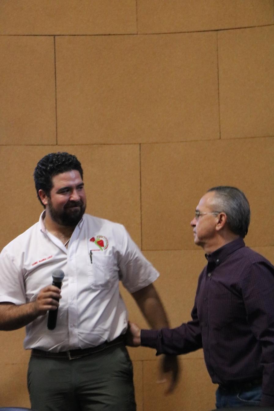 Taller de conferencias y día de campo de la asociación de productores de mango